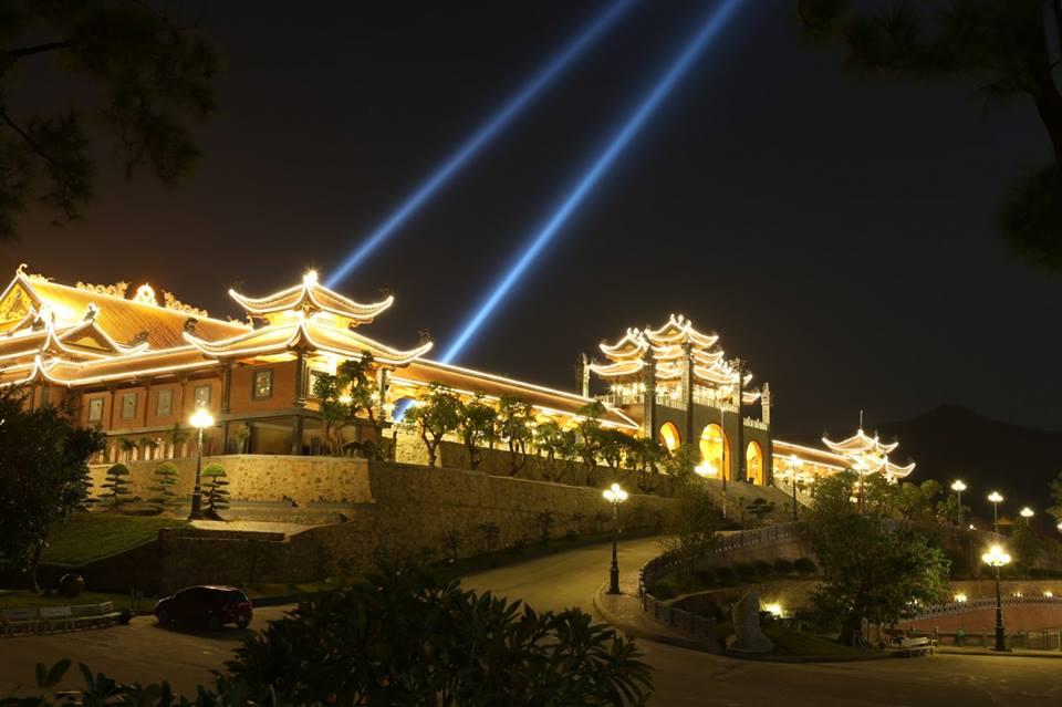 Cot den san vuon tai Quang Ninh
