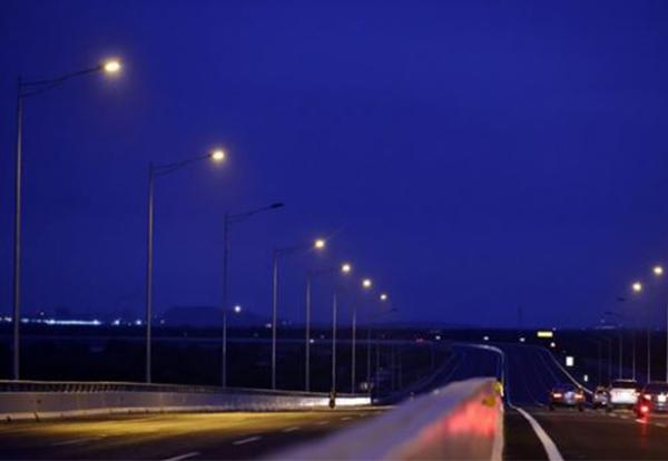 đèn cao áp chiếu sáng về đêm