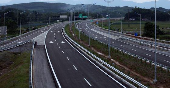 lắp đặt đèn cao áp trên đường cao tốc