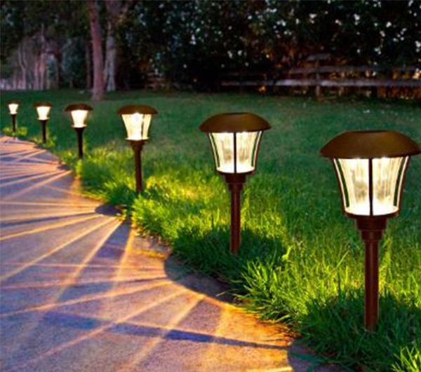 đèn chiếu sáng sân vườn trên bãi cỏ